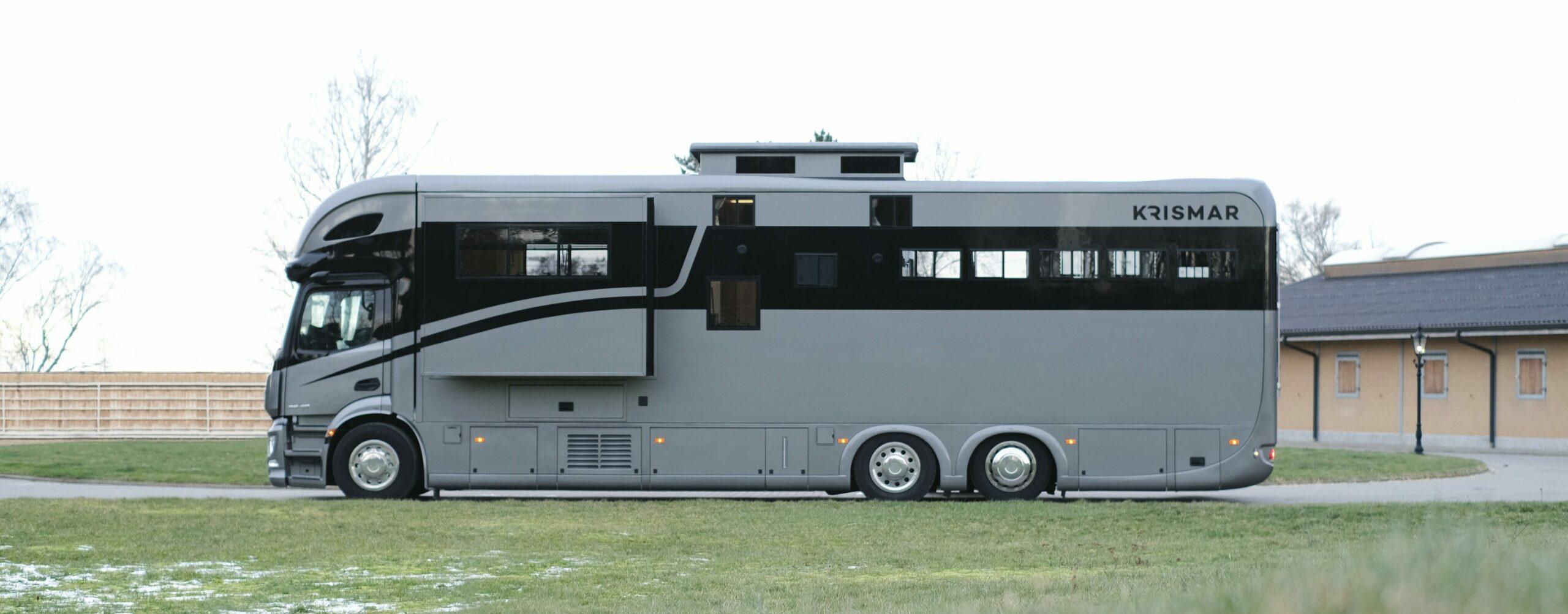 Exclusieve Krismar paardenvrachtwagen gebouwd voor 5 paarden met luxueuze leefruimte