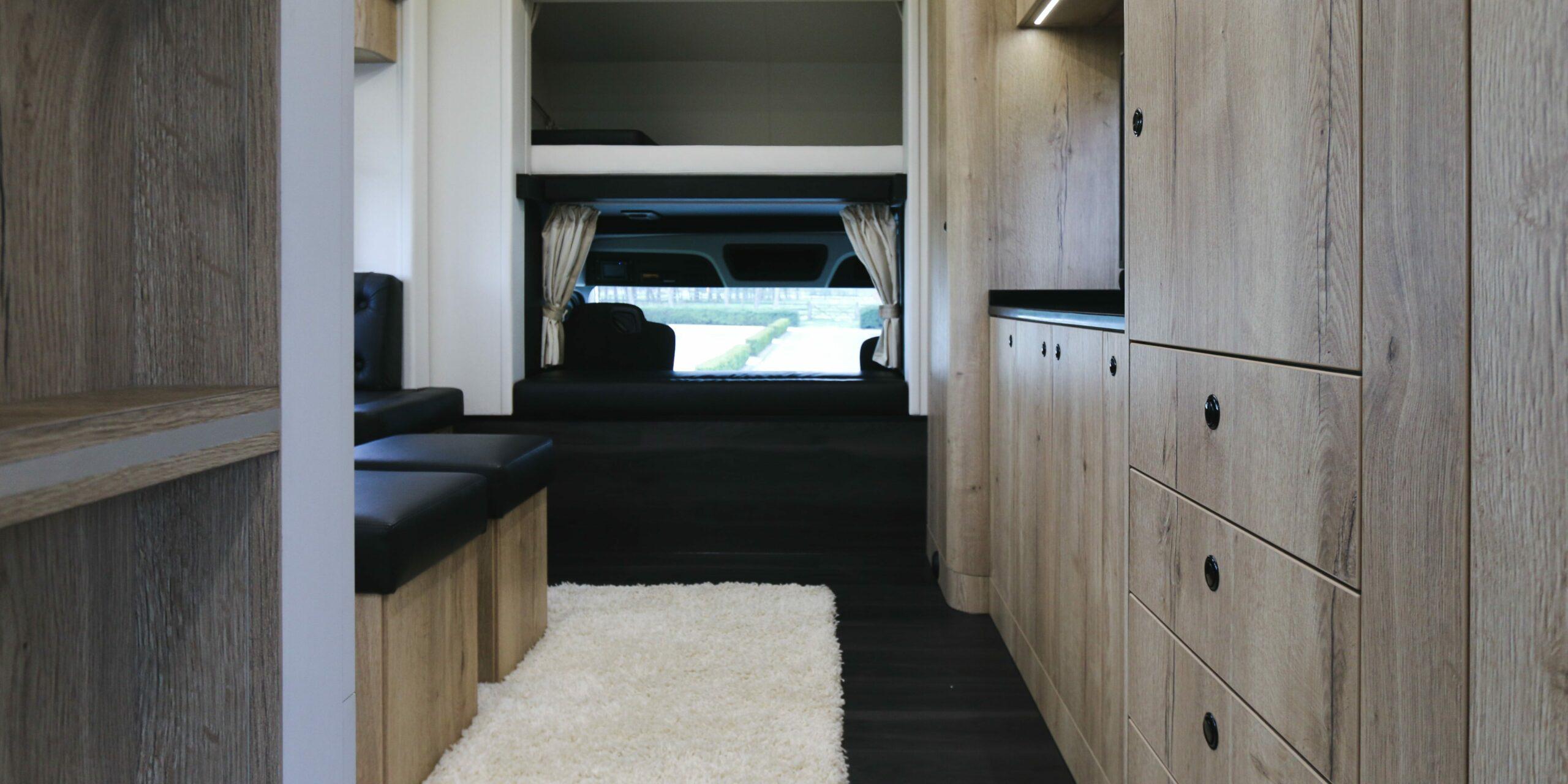 Interieur van een Krismar paardenvrachtwagen met L cabine