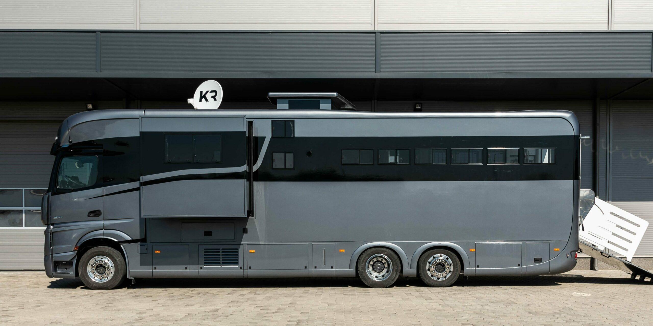 Krismar horse truck met zwarte optische lijn
