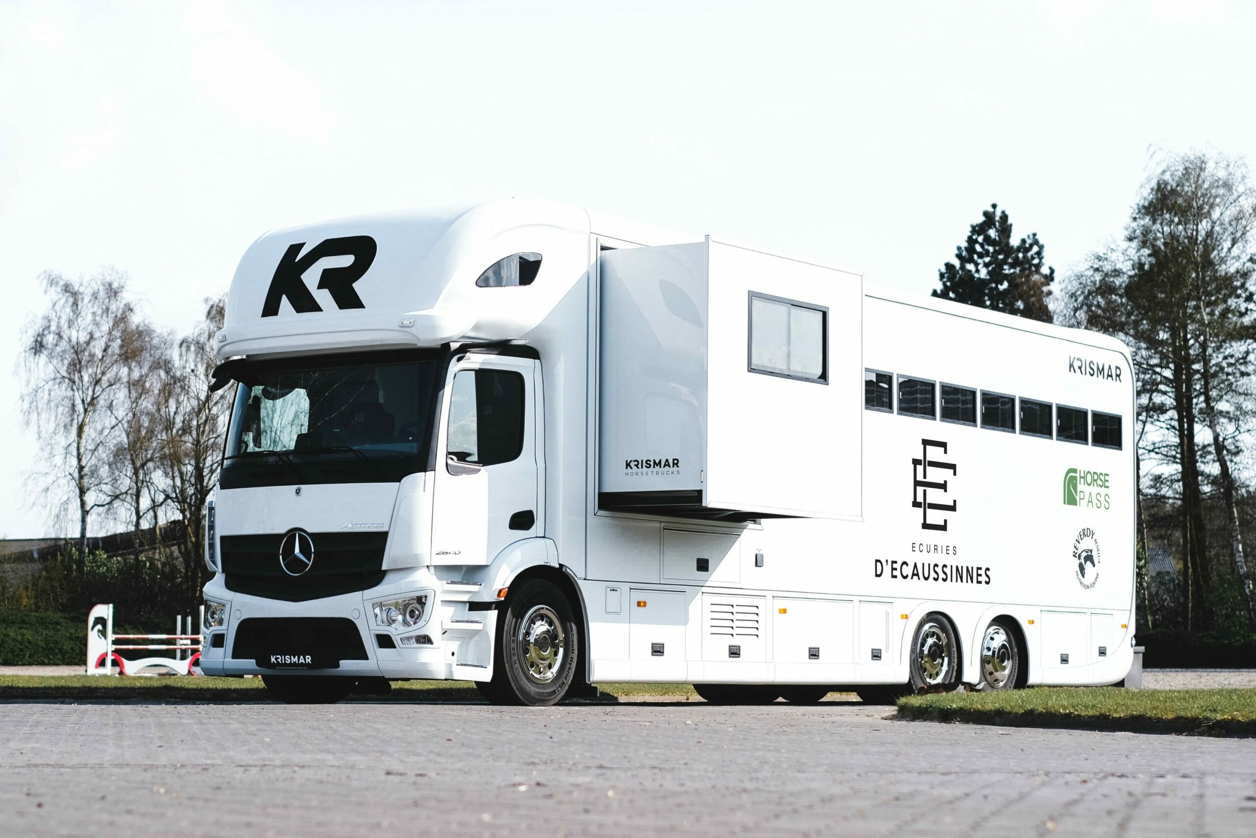 Krismar horsetruck professional paardenvrachtwagen in een witte kleur voor 7 paarden