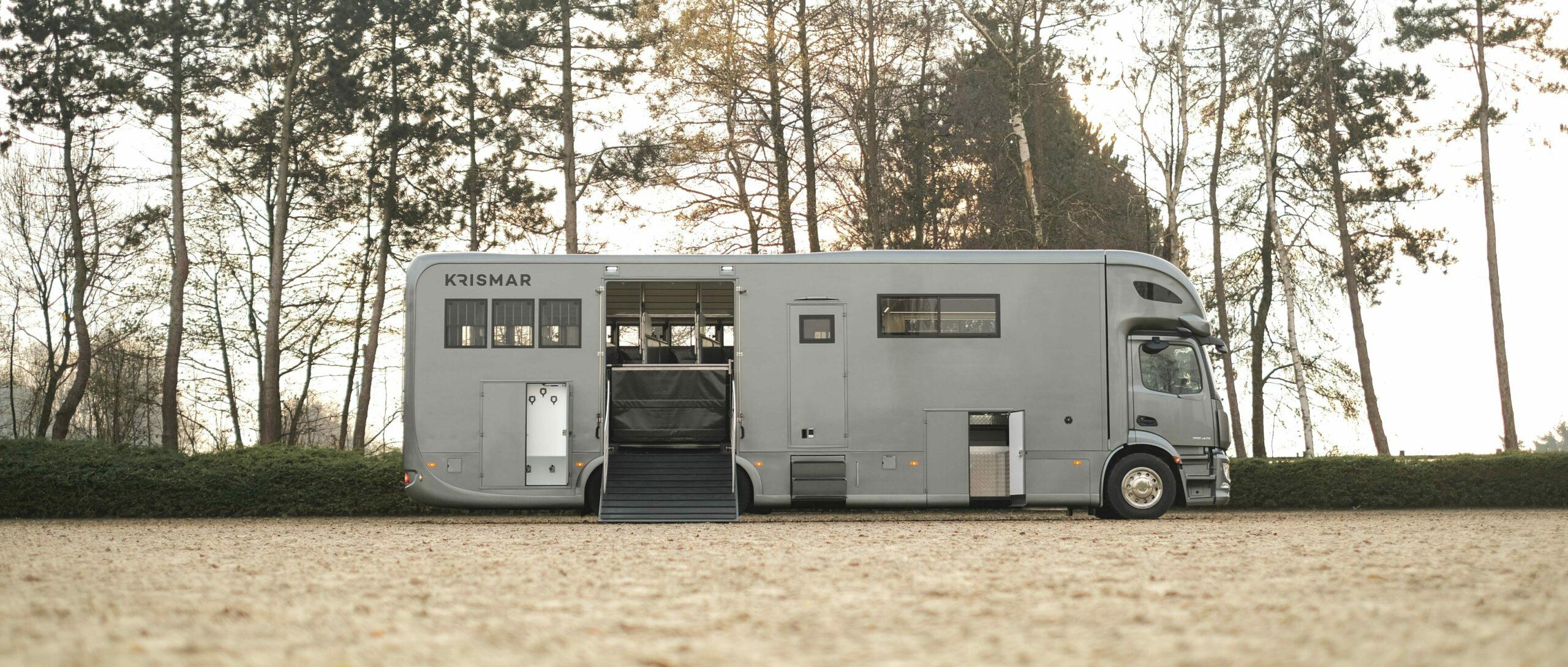 Krismar horsetruck paardenvrachtwagen in een grijze kleur
