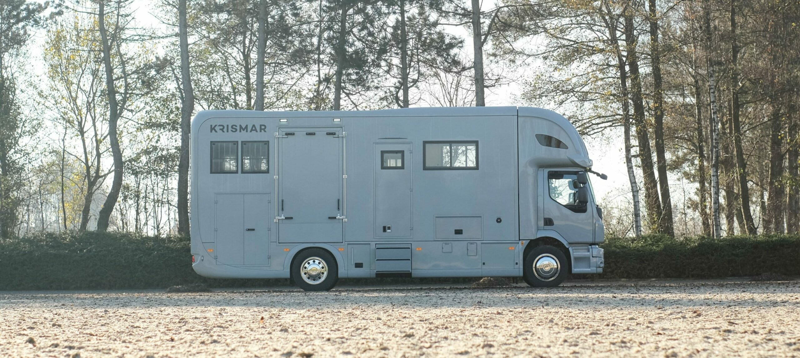 Krismar paardenvrachtwagen professional in een grijze kleur voor 4 paarden