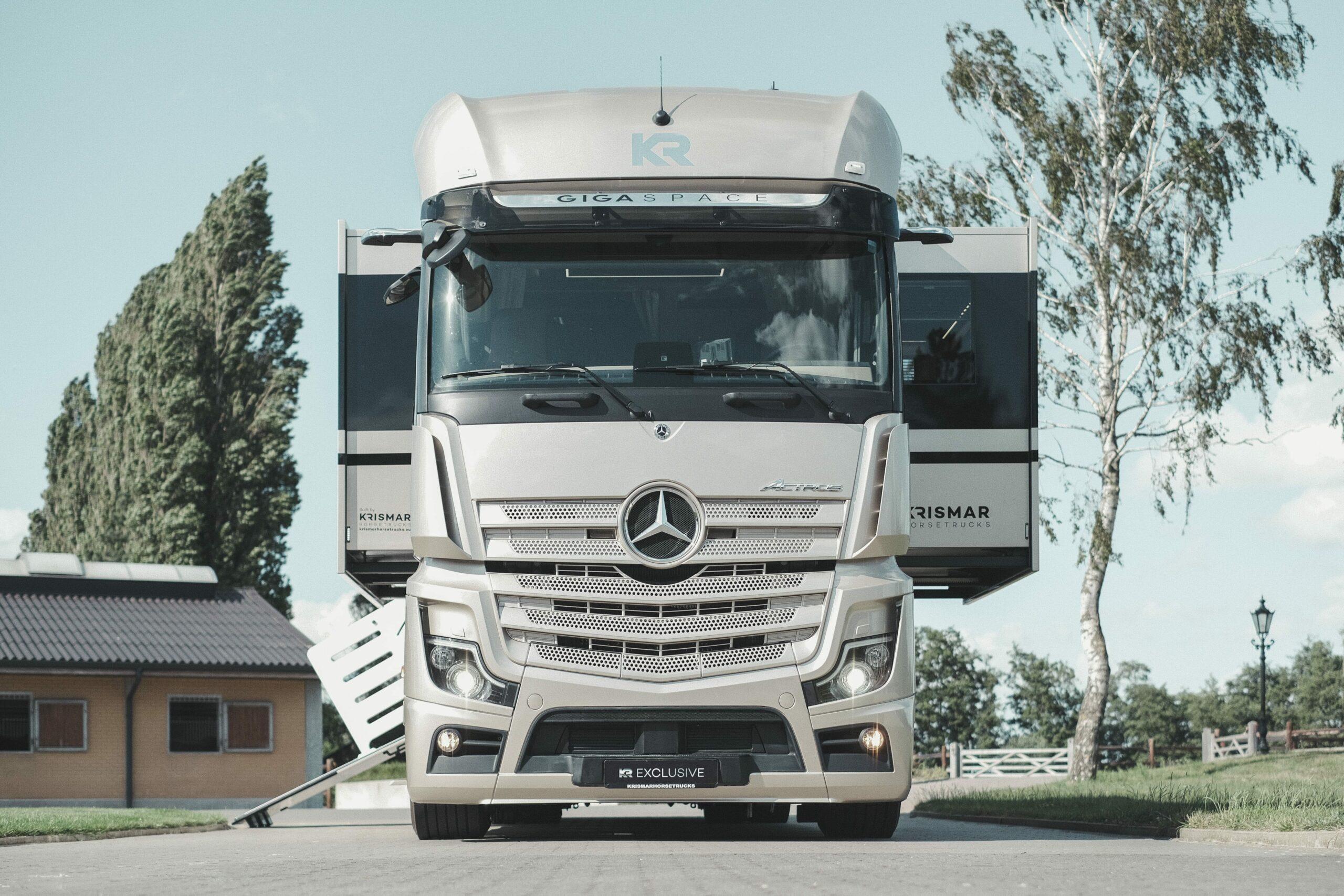 Krismar paardenvrachtwagen met XL cabine in beige/champagne kleur Mercedes