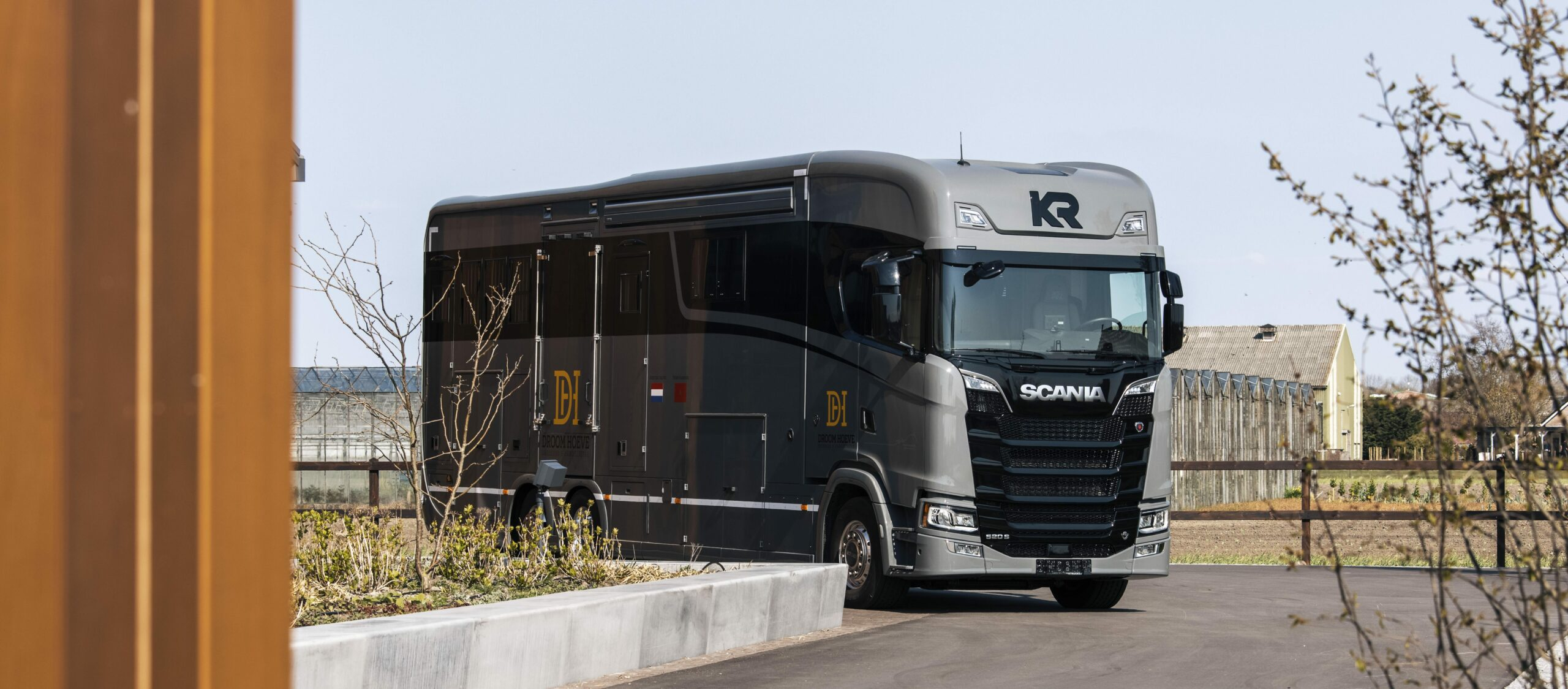 Krismar paardenvrachtwagen in bruin/grijs kleur
