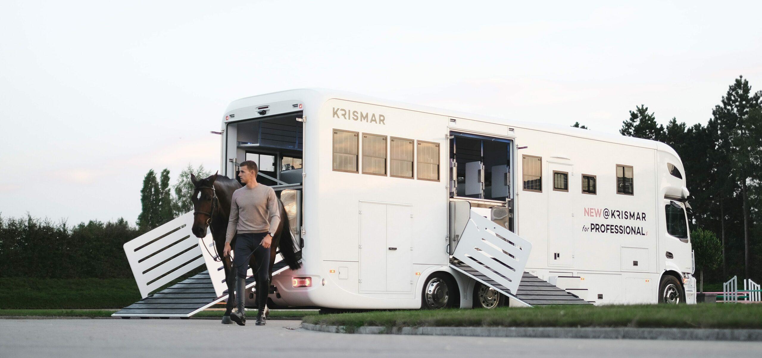Sfeerbeeld van een witte Krismar paardenvrachtwagen