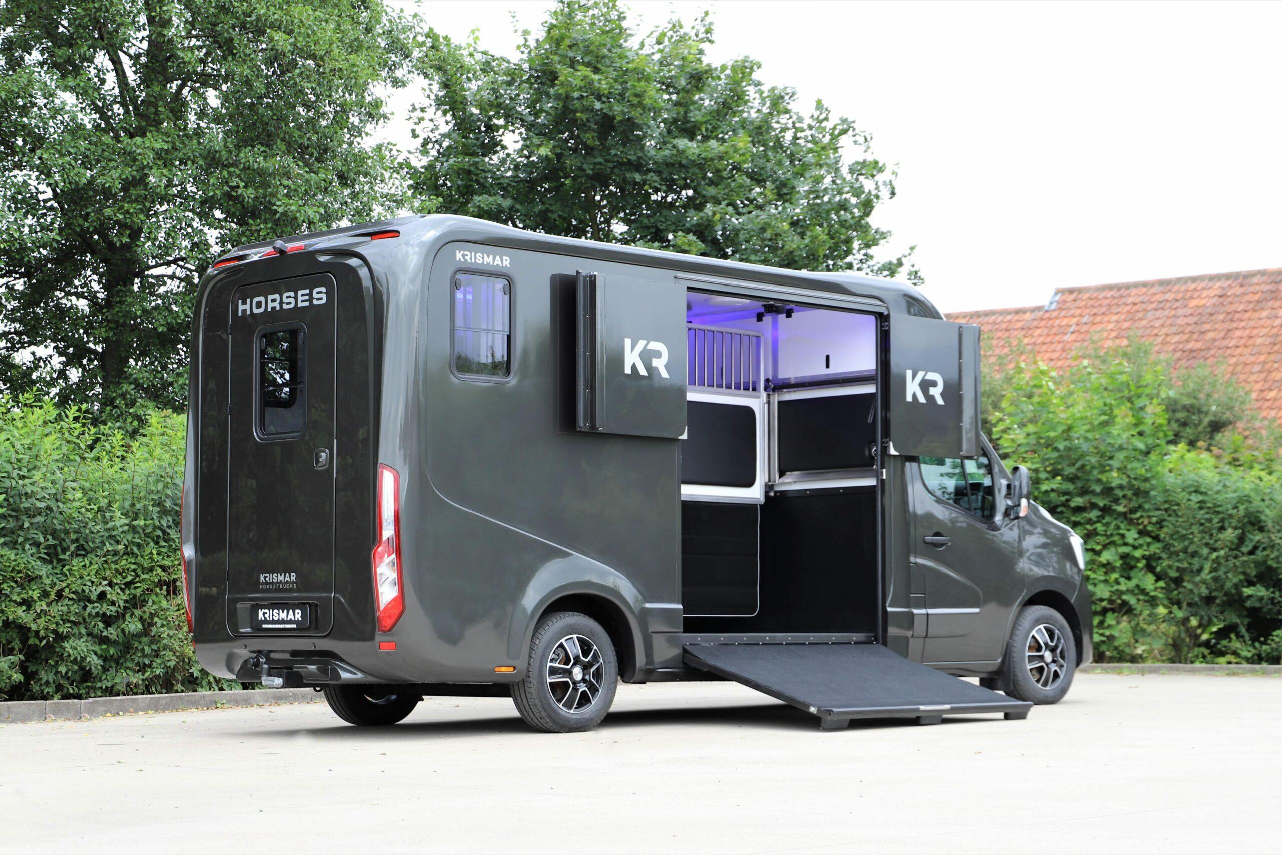 Een donkergrijze Krismar paardenvrachtwagen voor 2 paarden gebouwd op een Renault chassis.