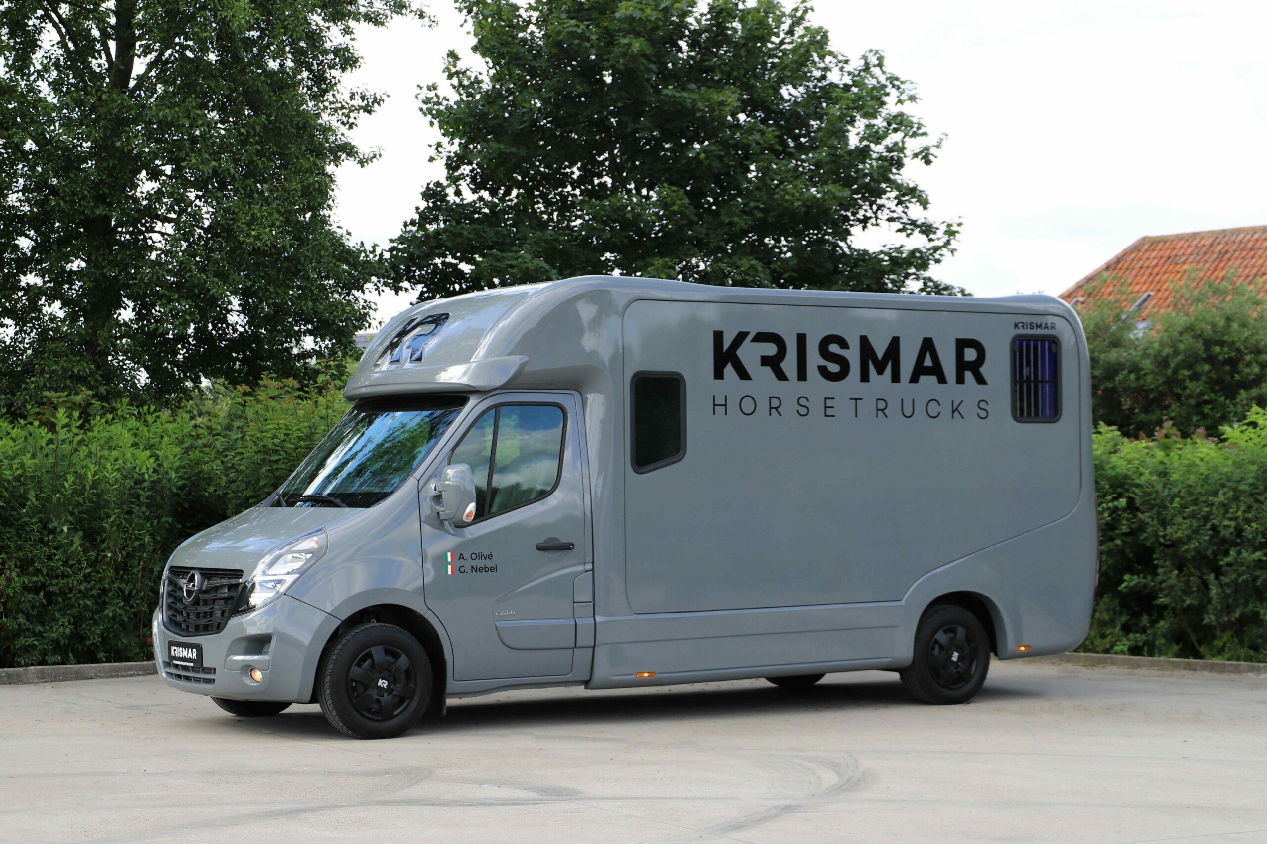 Een grijze Krismar paardenvrachtwagen voor 2 paarden gebouwd op een Opel chassis.