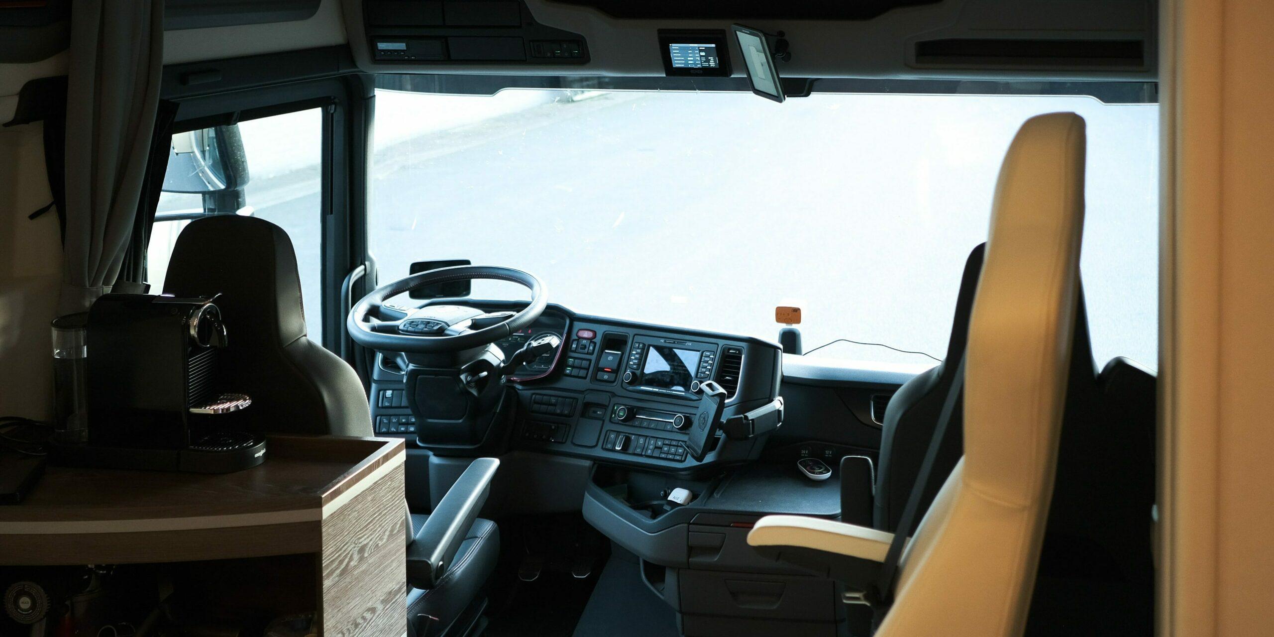 Sfeerbeeld van de bestuurdersruimte in een exclusieve Krismar motorhome.