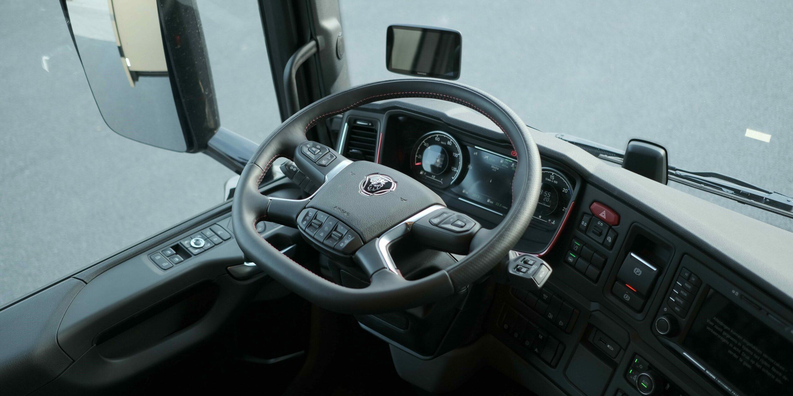 Detailfoto van het Scania stuur in een exclusieve Krismar motorhome.