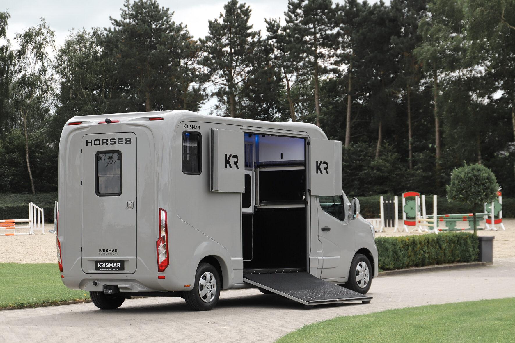 Een mat grijze 2-paards gebouwd door Krismar Horse Trucks.